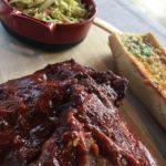 Glasierte Schweinsrippen mit Krautsalat und Knoblauchbrot
